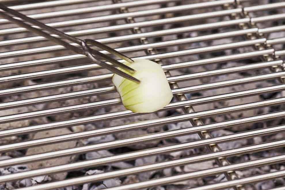 nettoyer grille de barbecue avec oignons